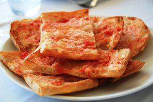 Préparation pain tomate